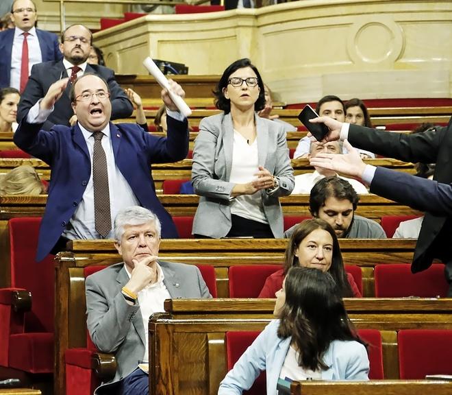 El primer secretario del PSC, Miquel Iceta, protesta el jueves en el Parlament