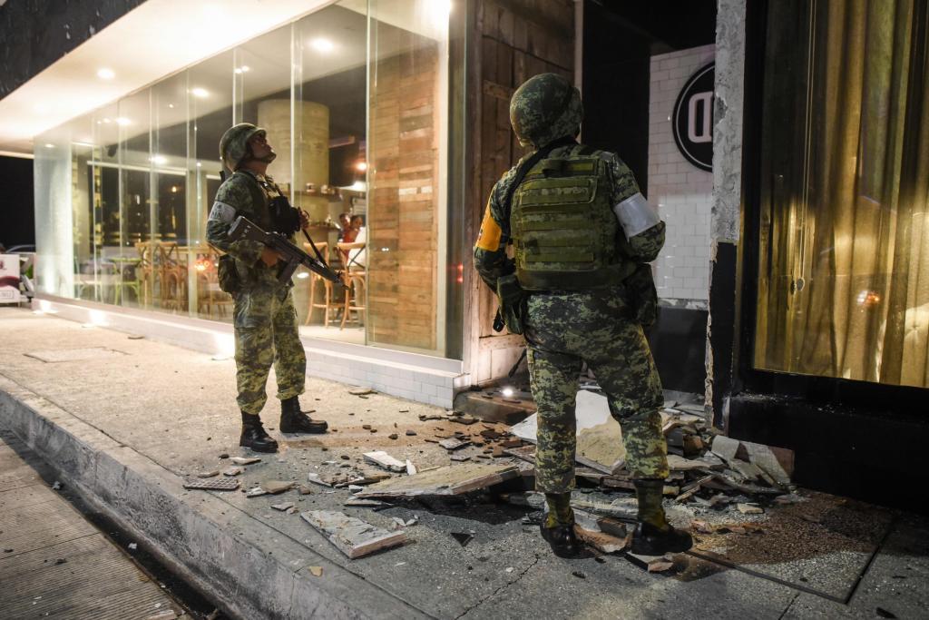 Miembros del ejército mexicano evalúan los daños causados por el terremoto en Puerto de Veracruz