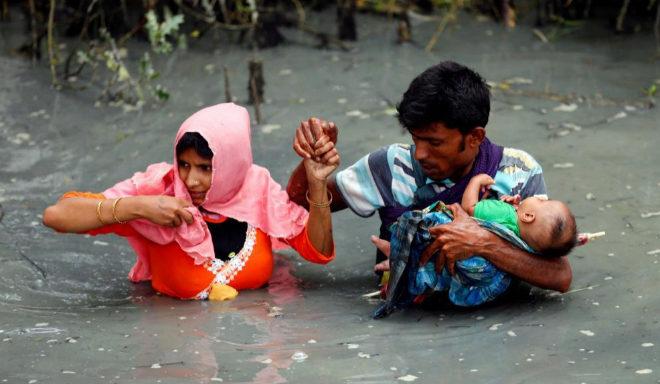 Una familia de refugiados rohingya cruza un río en Bangladesh.