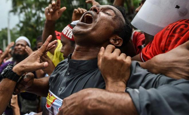 Un grupo de refugiados rohingya que viven en Malasia gritan y sufren en una protesta para denunciar la limpieza étnica contra esta minoría.
