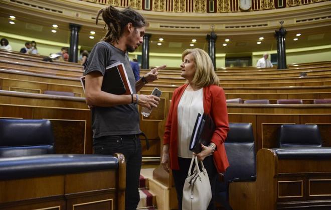 Alberto Rodríguez charla con la ministra Fátima Báñez en un pleno el pasado julio.