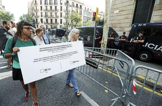 María José Lecha y María Rovira, concejales de la CUP, entregan una...