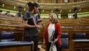 Alberto Rodríguez charla con la ministra Fátima Báñez en un pleno...