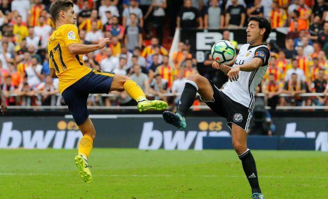 Parejo disputa un balón ante Vietto en un lance del partido en Mestalla.