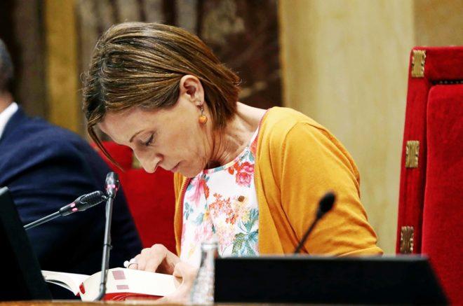 La presidenta del Parlament, Carme Forcadell, consulta el reglamento...