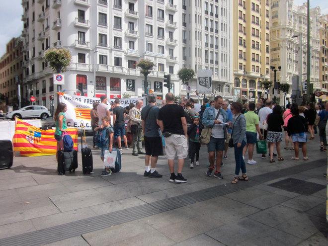 Algunas de las personas que se concentraron en la plaza de Callao, en...