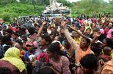 Un grupo de recién llegados refugiados rohingya pide ayuda en el...