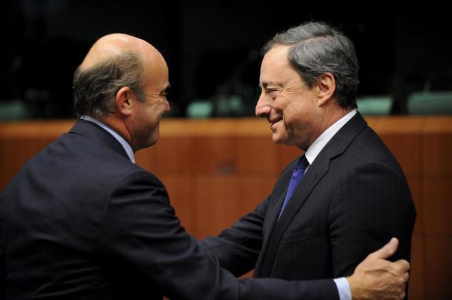 El ministro español de Economía charla con el presidente del Banco Central Europeo antes de una reunión del Eurogrupo.