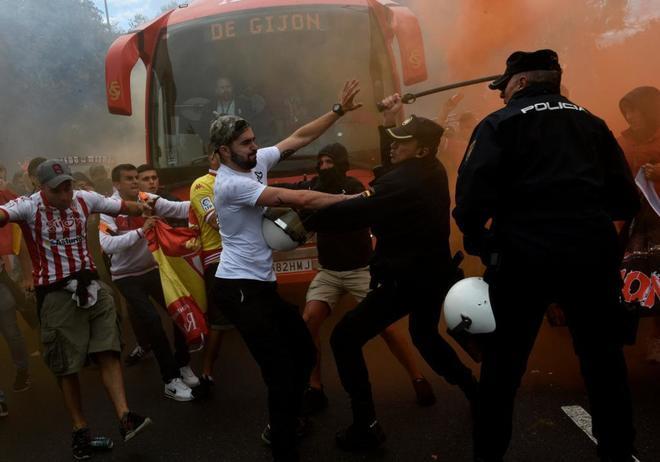 Radicales del Sporting se enfrentan a la Policía cuando llegaba el autobús de su equipo.