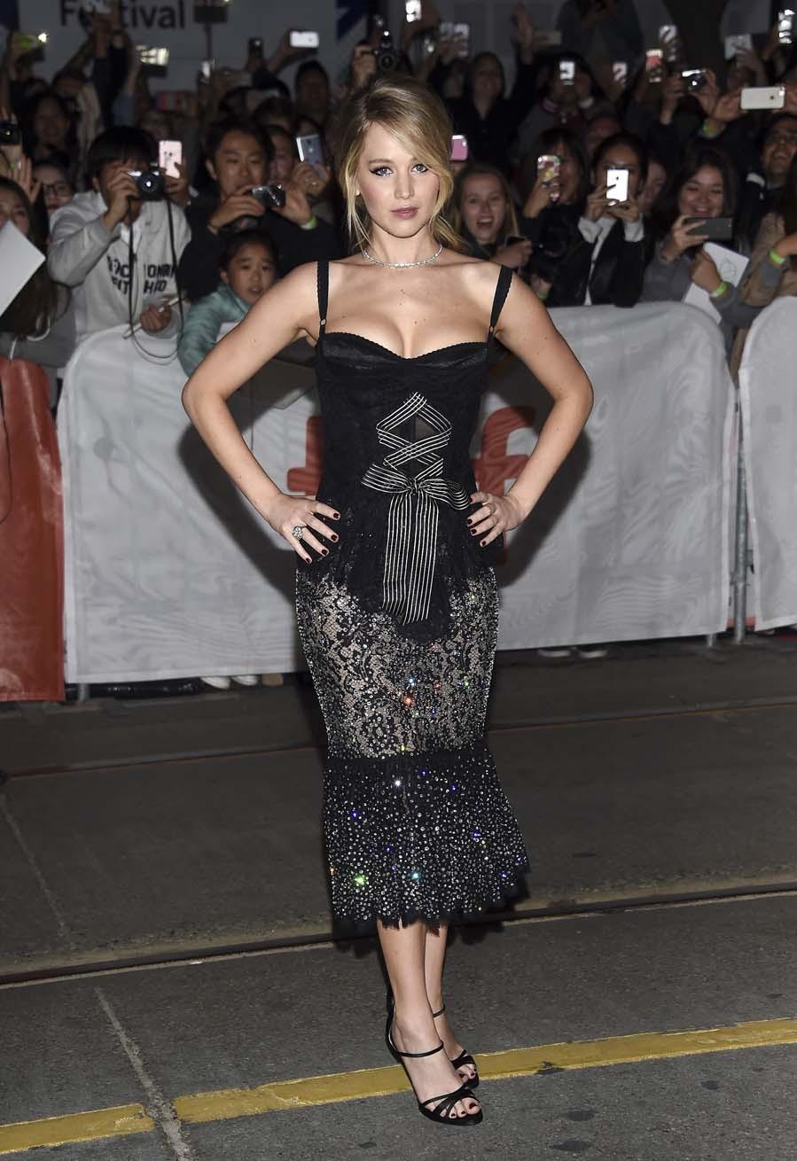 La actriz eligió un conjunto negro de dos piezas de Dolce&Gabbana.