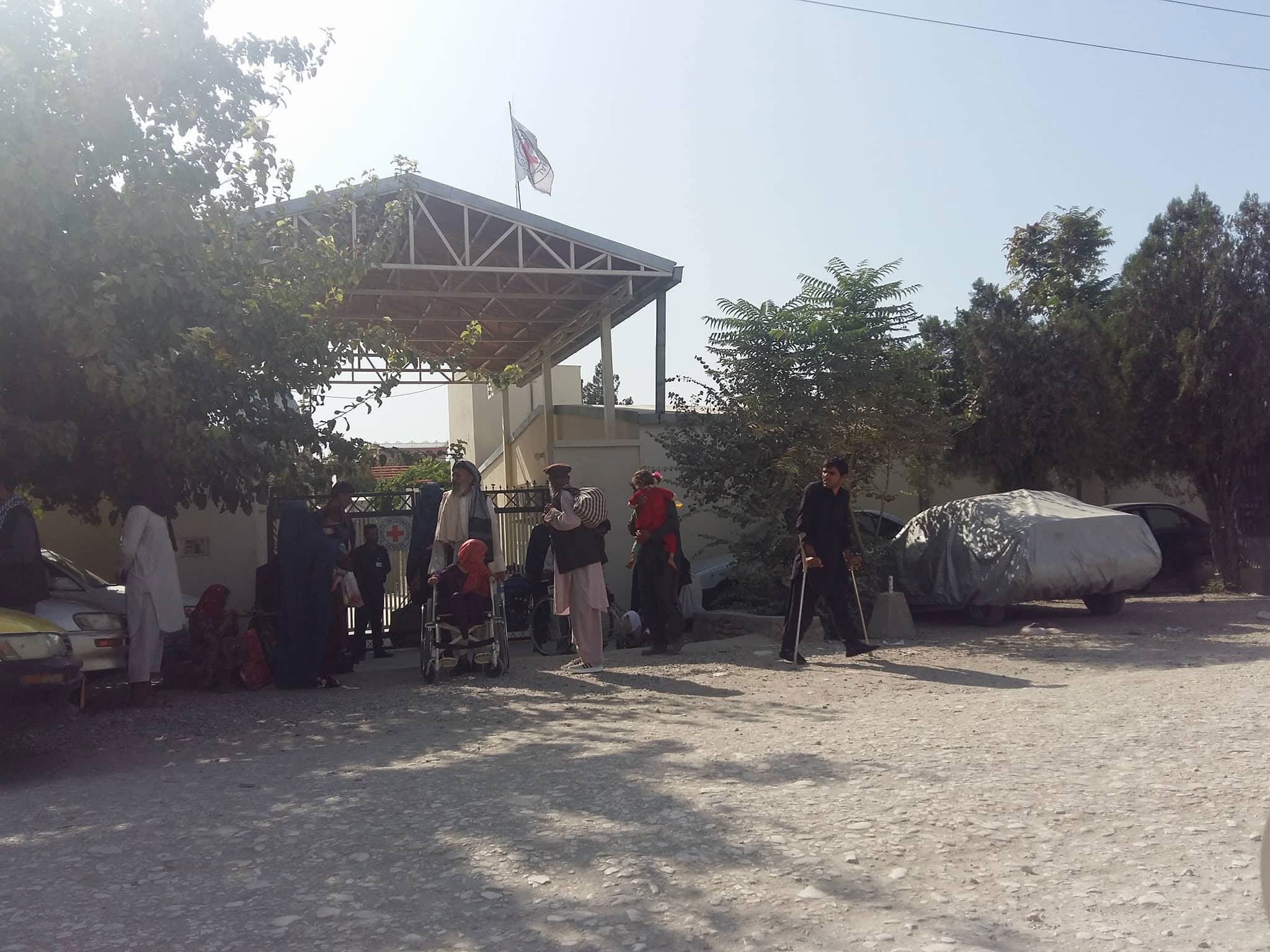 Pacientes del hospital donde la doctora ha sido asesinada durante la evacuación esta mañana del centro médico en Mazar-e Sharif.