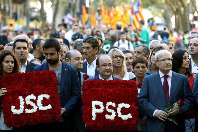 Dirigentes del PSC, este lunes durante la ofrenda floral al monumento...