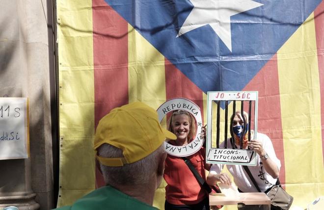 Unos manifestantes simulan votar durante la Diada.