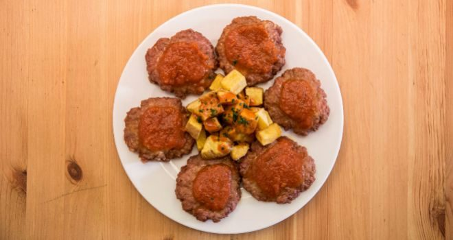 Filetes rusos con salsa casera de tomate.