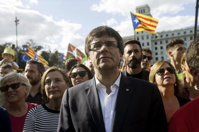l presidente de la Generalitat de Cataluña, Carles Puigdemont (c), y...