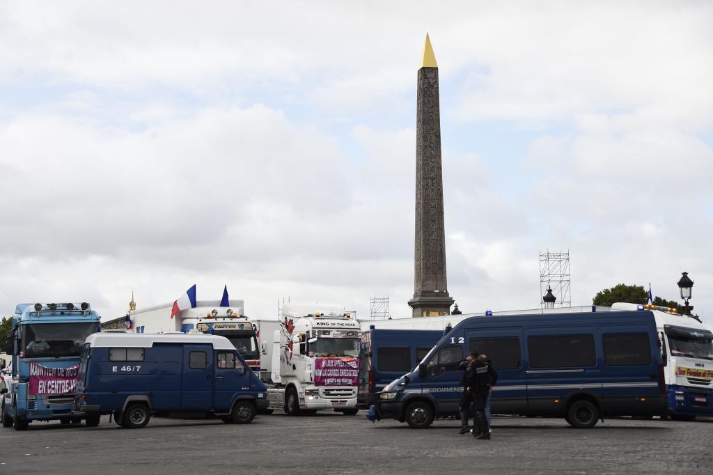 Camiones de feriantes bloquean la Plaza de la Concordia en París en protesta por la reforma laboral de Macron.