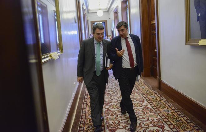 El portavoz del PNV, Aitor Esteba (izqda.) junto al secretario general...
