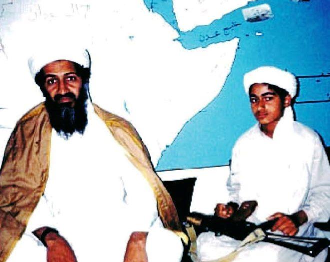 De pequeño, Hamza acompañó a Osama Bin Laden en sus periplos por...