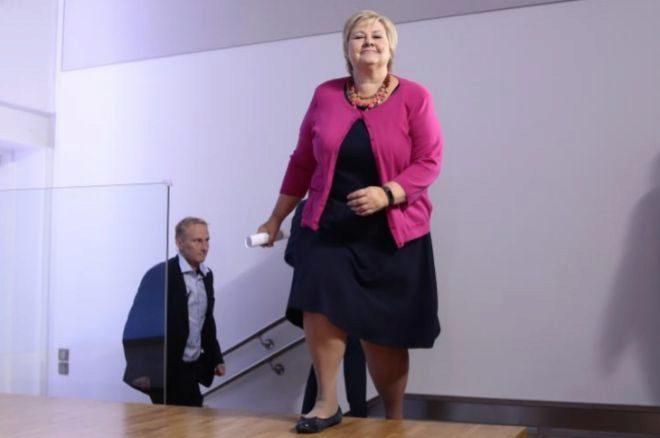 La primera ministra Erna Solberg llega a la rueda de prensa, hoy, en Oslo.