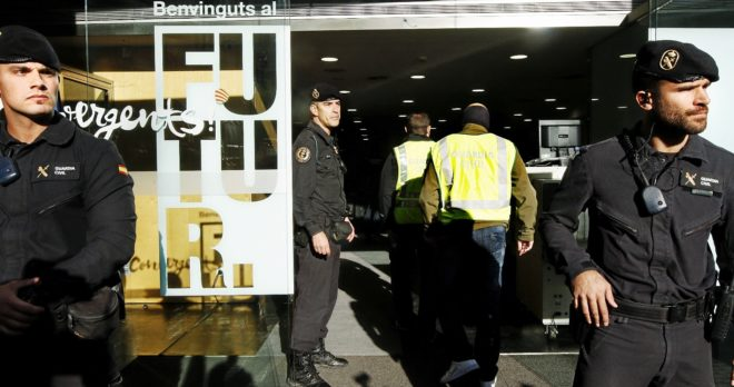 Agentes de la Guardia Civil registran la sede de la antigua...