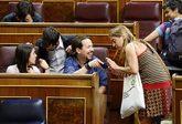 Pablo Iglesias bromea con la diputada Sònia Farré, ayer, en el Pleno...