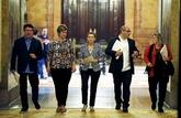 La presidenta del Parlament, Carme Forcadell, junto a otros miembros...