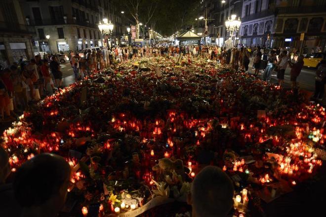Ofrenda florar en las Ramblas por el atentado del 17-A