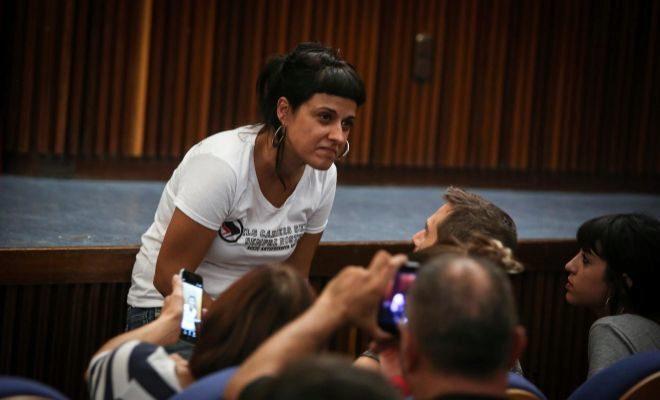 La portavoz de la CUP, Anna Gabriel, ayer antes de la conferencia en el salón de actos de la Facultad de Historia.