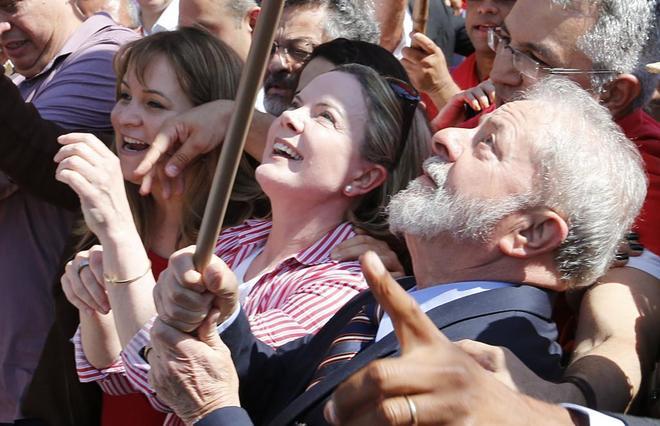 El ex presidente Luiz Inácio Lula da Silva llega a los juzgados acompañado de simpatizantes, hoy.