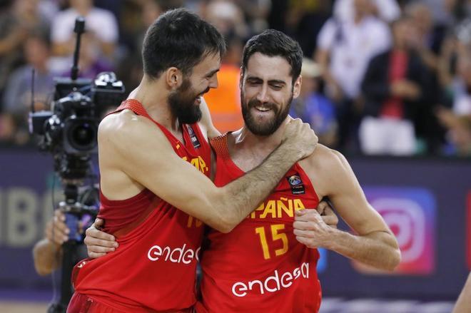 Oriola, junto a Joan Sastre, durante un partido del Eurobasket.