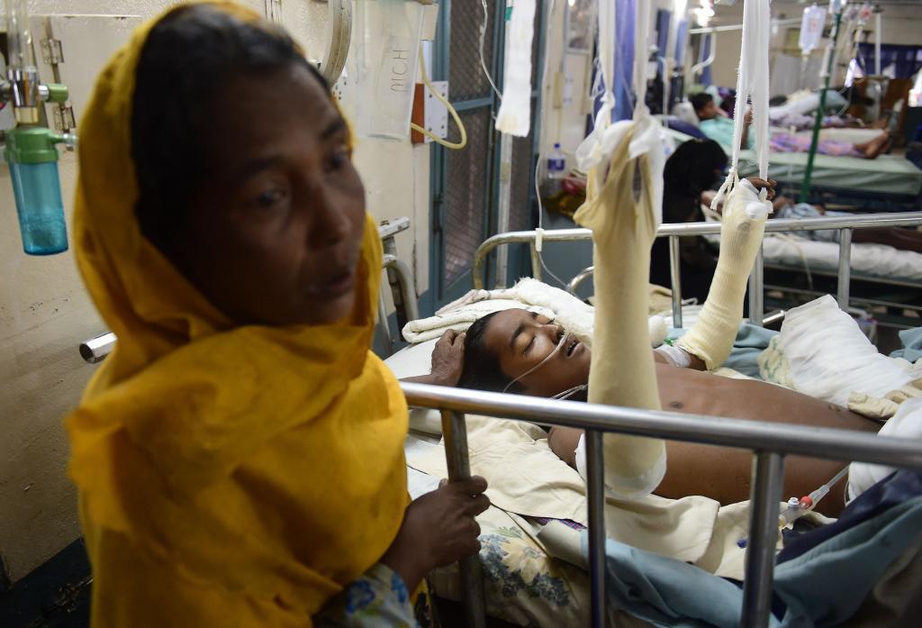 La refugiada rohingya Rashida Begum está con su hijo de quince años,...