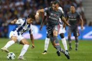 Pepe disputa el balón con Oliver Torres en un partido entre el Besiktas y el Oporto, este miércoles.