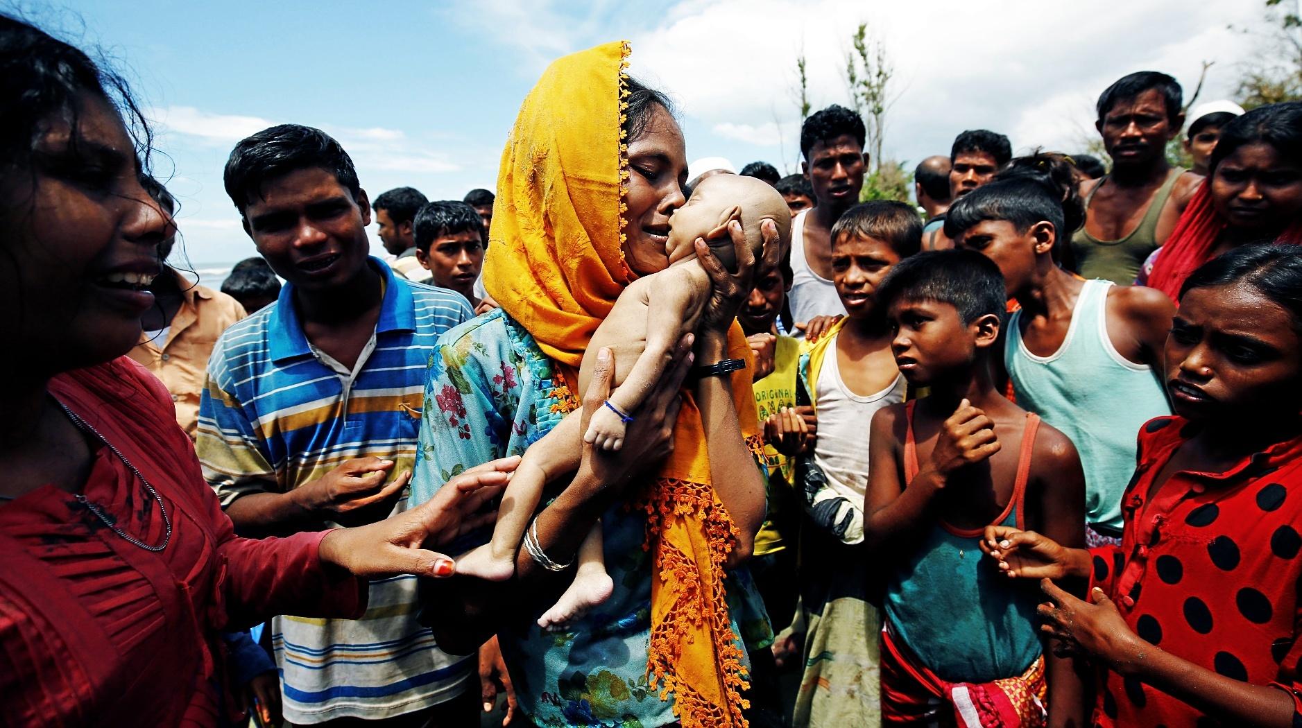 Una mujer rohingya llora la muerte de su bebé de 40 días durante su éxodo hacia Bangladesh.