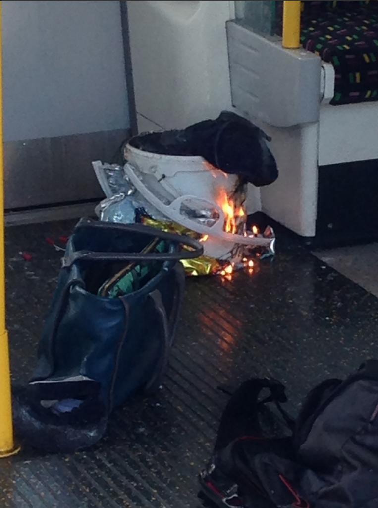 El artefacto que ha causado la explosión, ardiendo dentro del vagón.