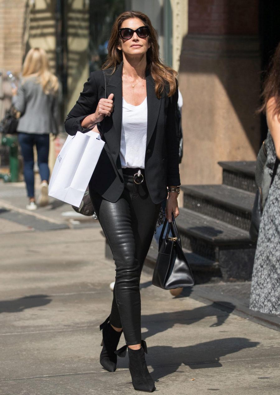 4b4ba28944 Las mejor vestidas de la semana - Cindy Crawford con pantalones de cuero