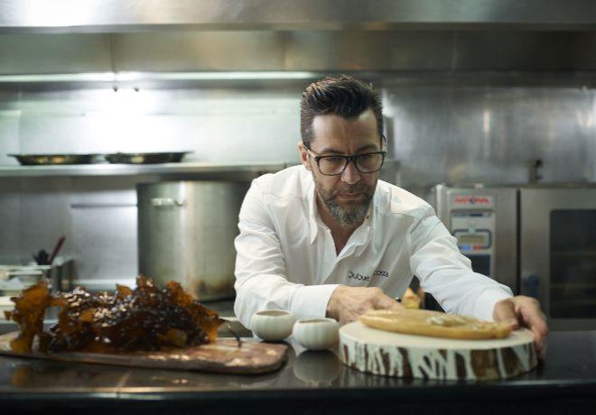 El chef Quique Dacosta revisa los últimos detalles de los pases de su...