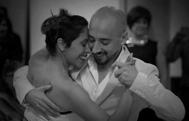 Carolina y Gonzalo bailan en el concierto de Fernando Egozcue.