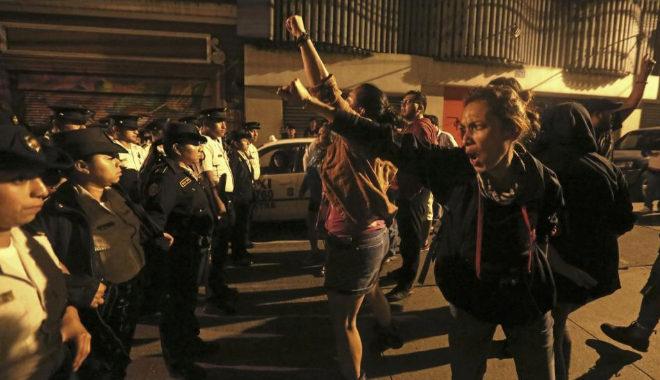 Manifestantes insultan a agentes a las afueras del Congreso.