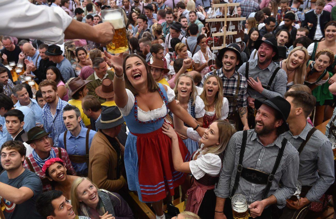 Una mujer, feliz mientras recoge su jarra de un litro en la 184...
