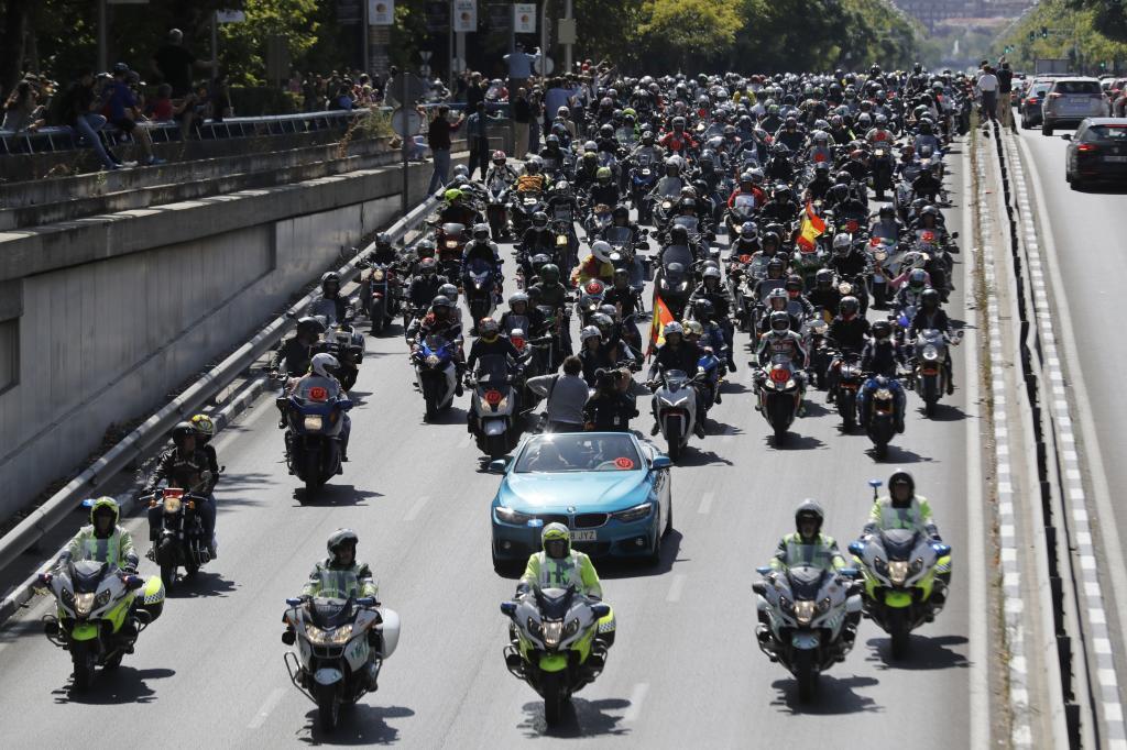Miles de moteros salen desde el estadio Santiago Bernabéu hasta el Circuito del Jarama, con motivo del homenaje al 12 1 veces campeón del mundo de motociclismo, Ángel Nieto, fallecido el pasado 3 de agosto.