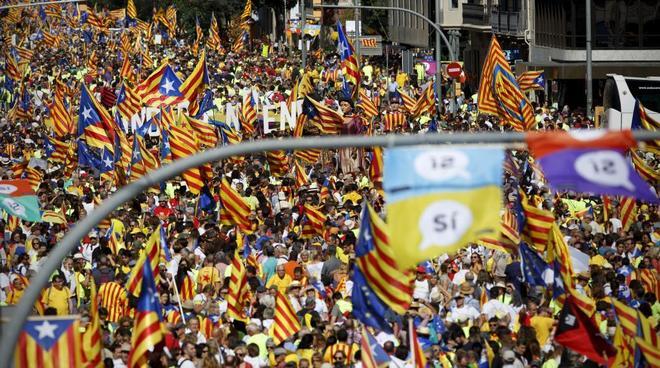 Miles de personas en las calles durante la celebración de la Diada,...