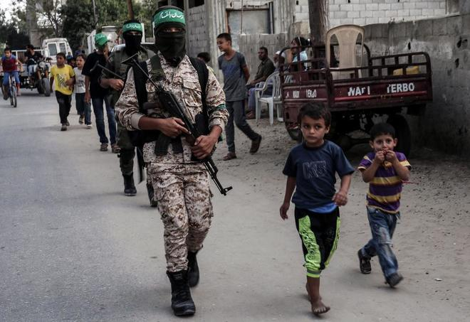 Soldados de las brigadas de Ezzedine al Qasam de Hamás patrullan en el sur de la Franja de Gaza.