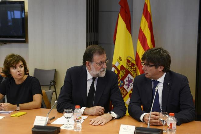 Mariano Rajoy y Carles Puigdemont, en presencia de Soraya Sáenz de...