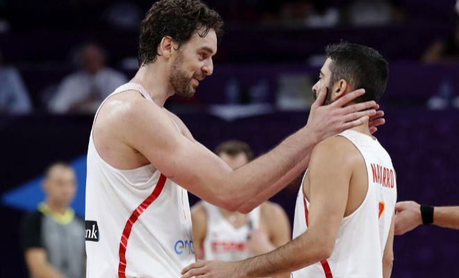 Gasol festeja con Navarro el triunfo ante Rusia en la final de consolación.