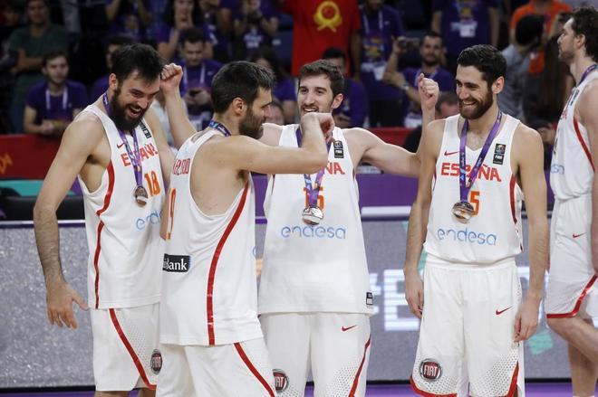 Oriola, San Emeterio, Vives, Sastre y Pau Gasol, con la medalla de bronce.