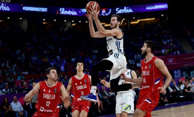 Dragic se eleva hacia el aro ante Milosavljevic, Lucic y Bircevic, durante la final.