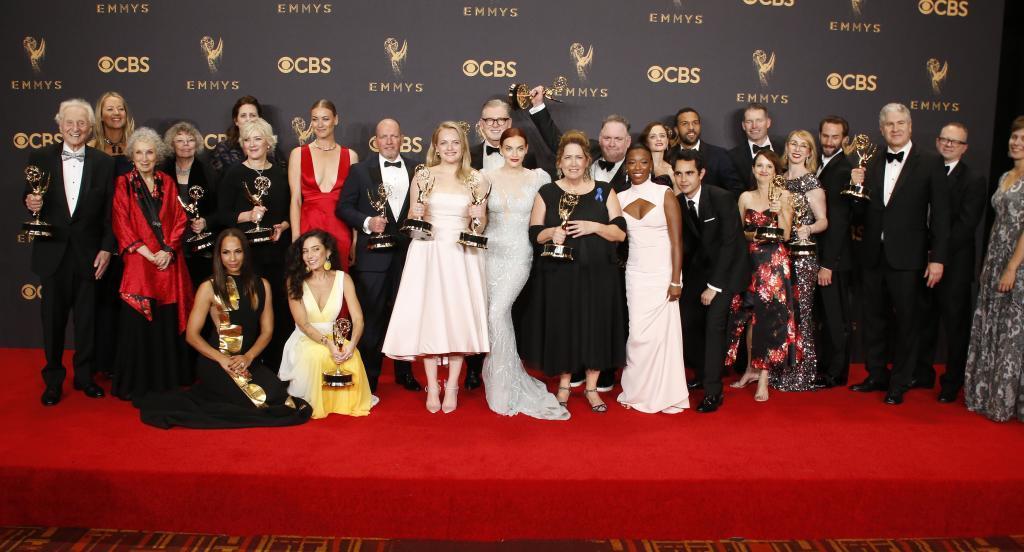 Varios integrantes de la ganadora de la noche The Handmaids Tale.