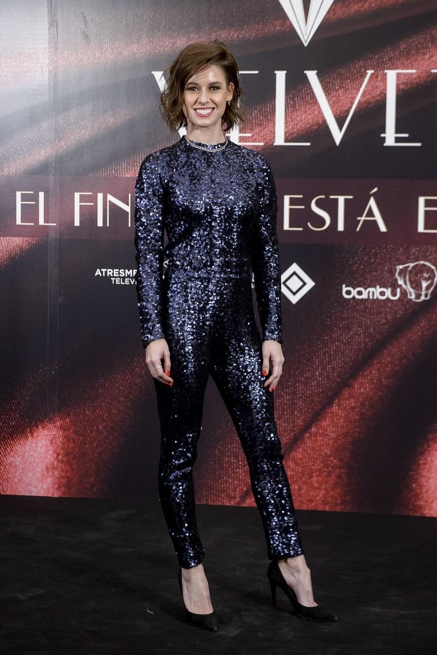 Para la ocasión la actriz lució un ajustado mono de paillettes de...