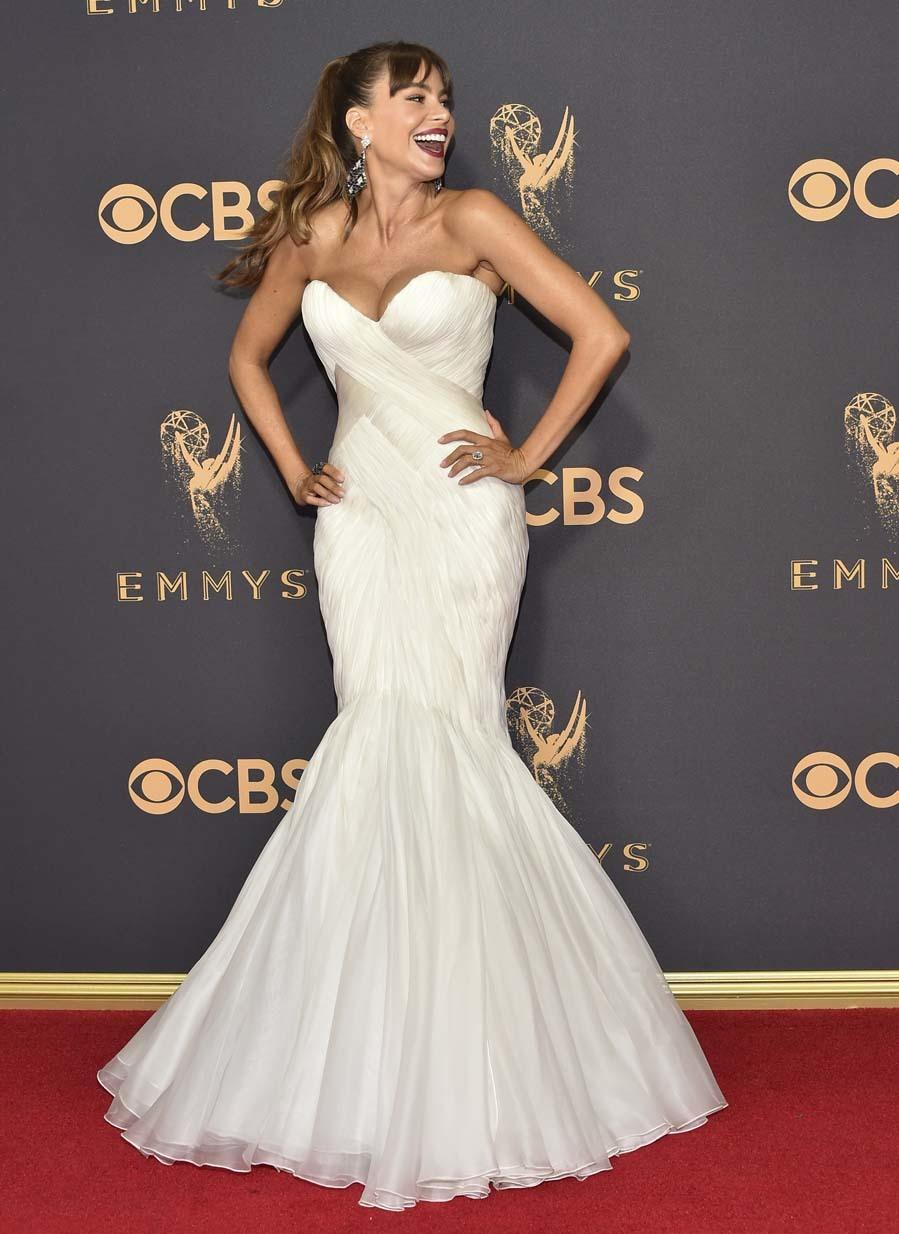 Con un vestido blanco de Mark Zunino.