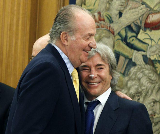 Don Juan Carlos se funde en un abrazo con Ángel Nieto
